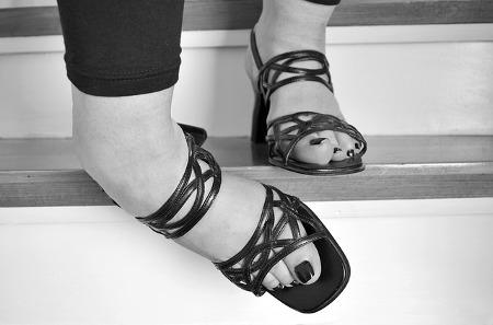 על הקשר בין נעלי עקב למדרסים